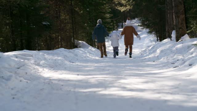 Mutter-und-zwei-Kinder-laufen-im-Wald