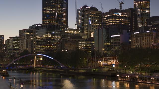 Melbourne-Victoria-/-España---20-de-octubre-de-2018:-el-zoom-suave-de-Melbourne-del-norte-y-del-sur-Banco-timelapse