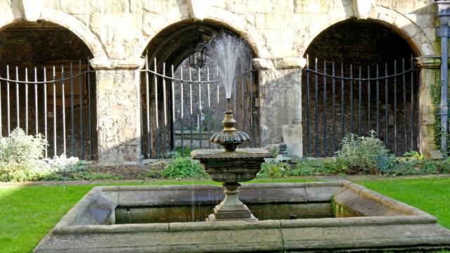 La-fuente-de-agua-que-se-encuentra-en-el-césped-de-la-Abadía-de-Westminster