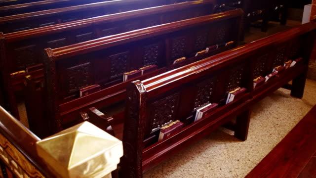 Bancas-de-madera-en-una-iglesia-cristiana