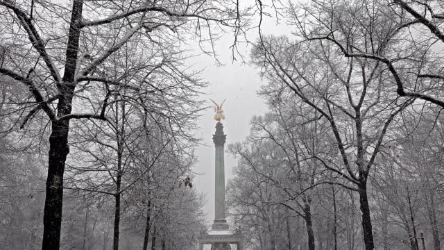 El-ángel-de-la-paz-en-la-parte-superior-Friedensengel-monumento-en-Munich-Alemania-durante-la-nieve-srorm