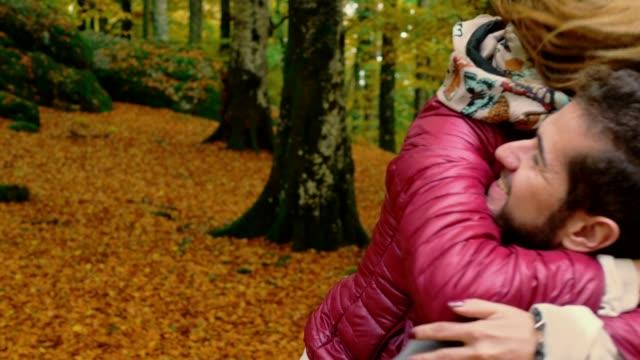 junge-Frau-läuft-und-umarmt-seinen-Freund-im-Park-fallen