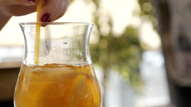 Cóctel-bebida-con-hielo-en-un-vaso-sobre-la-mesa