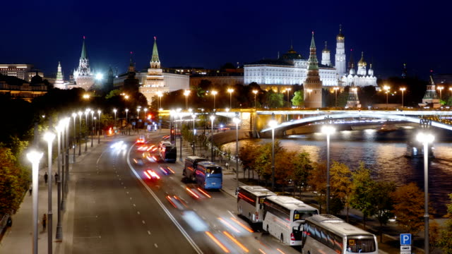 Nacht-Hyperlapse-der-Moskauer-Kreml-und-Moskwa-Fluss-mit-Kreuzfahrtschiffen-Russland