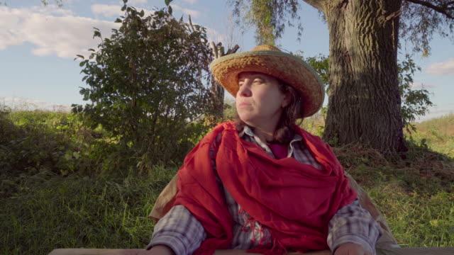 Mujer-de-sombrero-de-paja-y-mantón-sobre-fondo-de-naturaleza
