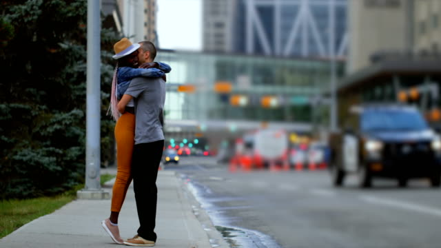 Paar-küssen-einander-in-der-Stadt-4k