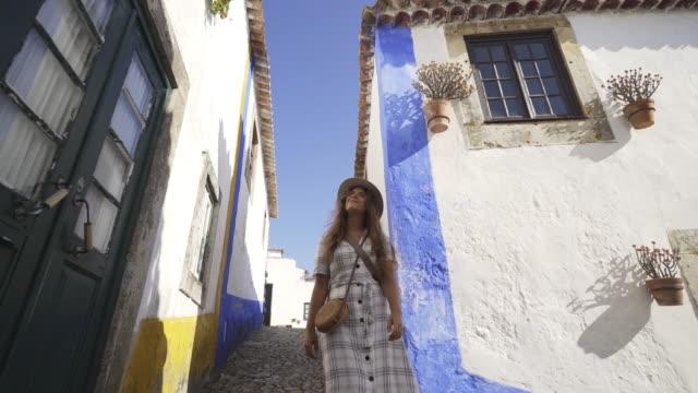 Amazed-woman-walking-in-tourist-city