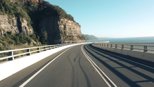 Malerische-Küstenstraße-entlang-der-Sea-Cliff-bridge