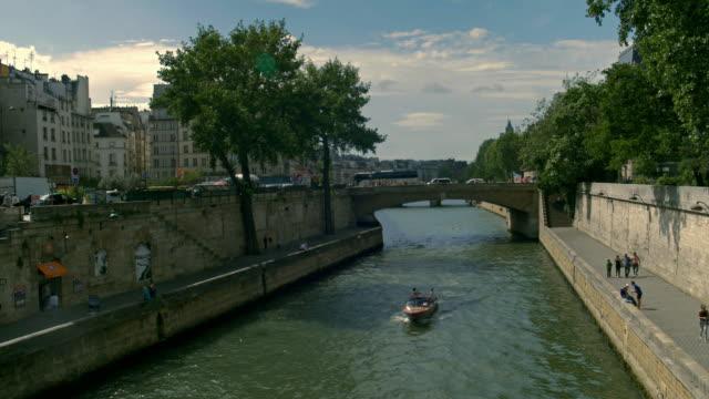 total-de-toma-de-un-paisaje-de-la-ciudad-de-la-ribera-Seine-París-Francia