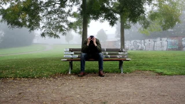 Hombre-expresión-de-solidaridad-en-el-banco-en-el-parque