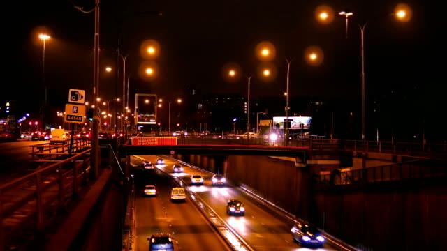 Tráfico-de-tiempo-la-noche-en-el-Reino-Unido-la-intersección-