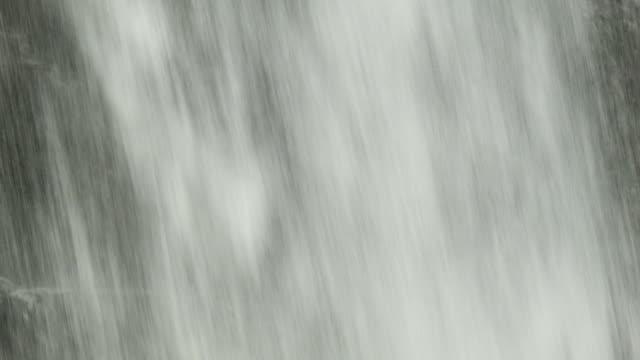 Primer-plano-de-la-cascada-de-agua-caída-de-pluma