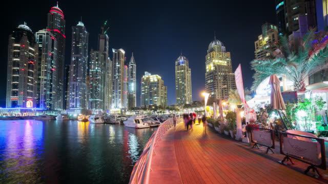 Caminando-calle-cerca-del-centro-comercial-de-dubai-4-K-time-lapse-de-Emiratos-Árabes-Unidos
