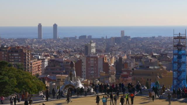 Parque-güell-día-soleado-panorama-de-la-ciudad-de-barcelona-España-4-K