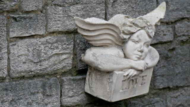 Una-escultura-de-ángel-en-la-pared-de-una-iglesia