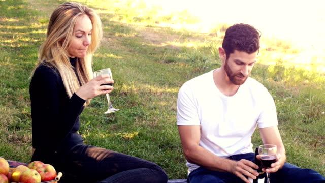 Paar-beim-Wein-im-Obstgarten