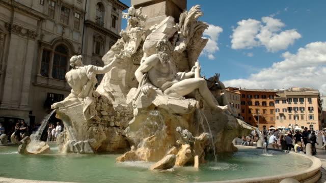 tarde-soleada-la-foto-de-cuatro-fuente-de-ríos-en-la-piazza-navona-Roma