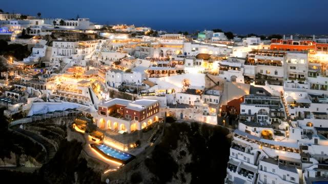 Lapso-Hyper-sobrevuelo-de-la-ciudad-de-Fira-(Thira)-en-puesta-del-sol-isla-de-Santorini-Grecia