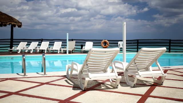 Sala-de-estar-camas-solares-cerca-de-la-piscina