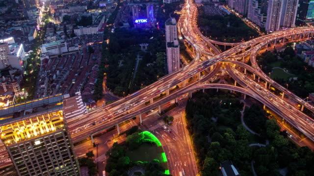 TL-WS-Rush-hour-links-liegen-auf-mehreren-Autobahnen-Straßenüber--bei-Nacht/Shanghai-China