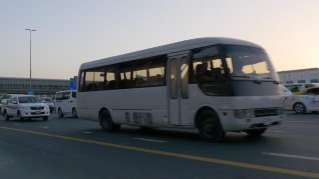 Atardecer-de-la-ciudad-de-dubai-Emiratos-Árabes-Unidos-sheikh-Zayed-carretera-tráfico-4-K
