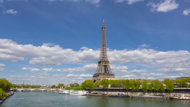tour-barco-sobre-el-río-Sena-pase-la-torre-Eiffel-París