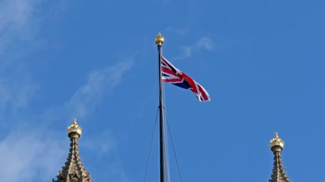 Bandera-de-Inglaterra-saludando-en-la-parte-superior-de-la-Abadía-de-Westminster