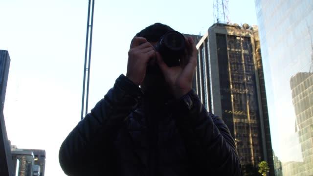 Hombre-fotografiando-la-Avenida-Paulista-Sao-Paulo-Brasil