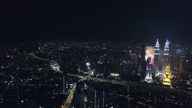 Vista-aérea-de-Kuala-Lumpur-durante-los-fuegos-artificiales-de-año-nuevo-junto-a-la-torre-KLCC-