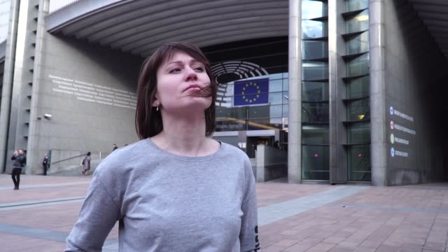 tourist-girl-and-looks-the-European-Parliament-in-Brussels-Belgium-slow-motion