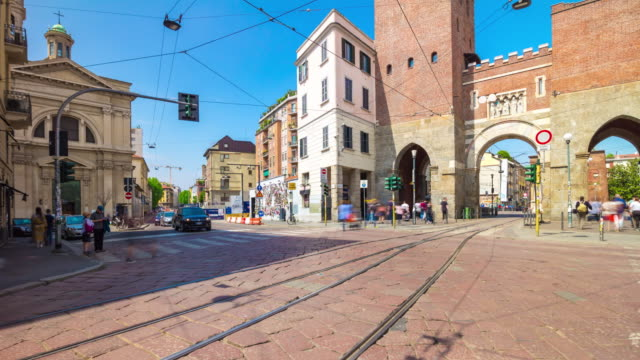 Italia-día-soleado-Milán-ciudad-famoso-tráfico-cruce-viejo-porta-ticinese-panorama-4k-timelapse