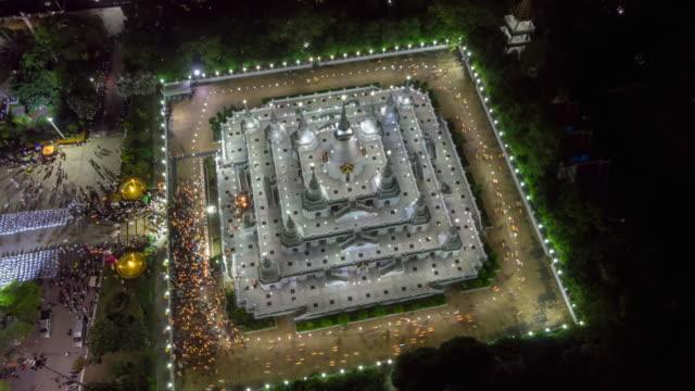 Time-Lapse-Luftaufnahme-über-große-Pagode-im-Asokaram-Tempel-in-Tiger-in-der-Nähe-von-Bangkok-Thailand-während-Asalha-Puja(Asanha-Bucha)-buddhistischen-Festivals-stattfindet-in-der-Regel-im-Juli-auf-den-Vollmond-
