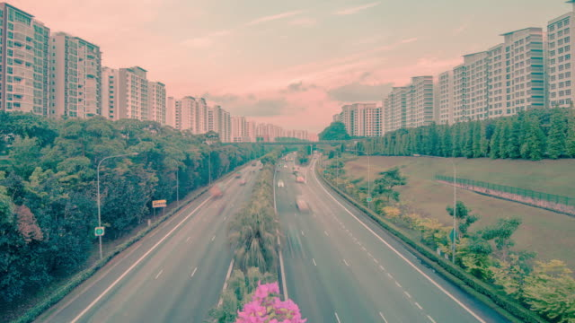 Clip-de-timelapse-de-tráficos-de-coche-de-la-ciudad-a-lo-largo-de-la-carretera-rodeada-de-apartamentos-de-gran-altura-Singapur