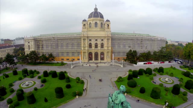 Vienna-nacional-del-museo-de-historia-Natural-toma-cenital-Europea-Una-hermosa-toma-cenital-sobre-Europa-cultura-y-paisajes-cámara-pan-dolly-en-el-aire-Soniquete-volando-sobre-suelo-europeo-Viaje-excursiones-turísticas-de-la-vista-de-Austria-