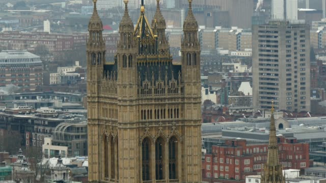 Uno-de-los-edificios-más-altos-de-Londres-con-una-bandera-en-la-parte-superior