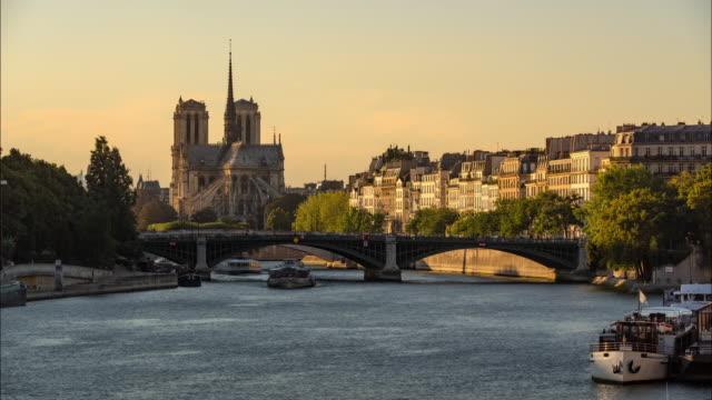 Catedral-de-Notre-Dame-de-París-Ile-Saint-Louis-y-el-río-Sena-en-una-tarde-de-verano
