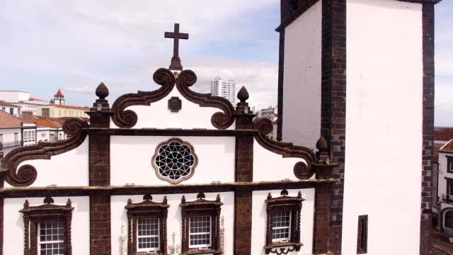 Iglesia-de-San-Sabastian-con-torre-del-reloj-en-Ponta-Delgada-en-Sao-Miguel-Azores-Portugal-