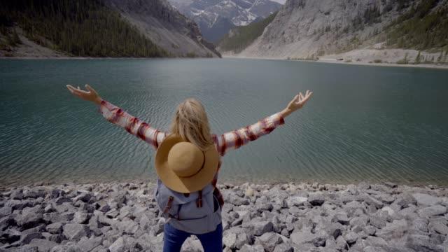 Junge-Frau-Wanderer-ausgestreckten-am-Bergsee