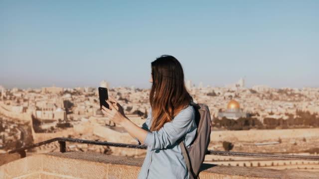 Turismo-linda-chica,-habla-sobre-video-llamada.-Jerusalén-Israel.-Mujer-de-viajero-bastante-europeo-sonriendo-feliz-y-emocionado.-4K