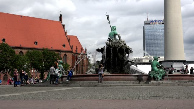 La-fuente-de-Neptuno-en-Berlín-fue-construida-en-1891-alrededor-de-20-de-julio-de-2016