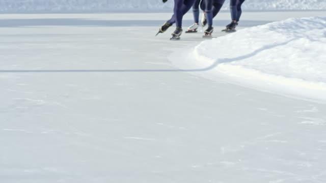 Irreconocibles-los-patinadores-de-velocidad-en-pista-de-carreras