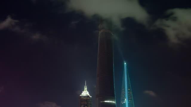 Torres-de-noche-vista-cielo-nublado-shanghai-4-lapso-de-tiempo-k