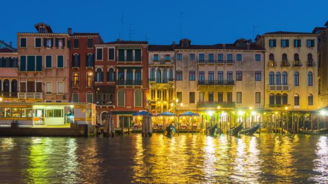 Italia-la-noche-iluminación-Venecia-ciudad-famoso-gran-canal-tráfico-Bahía-panorama-4k-lapso-de-tiempo