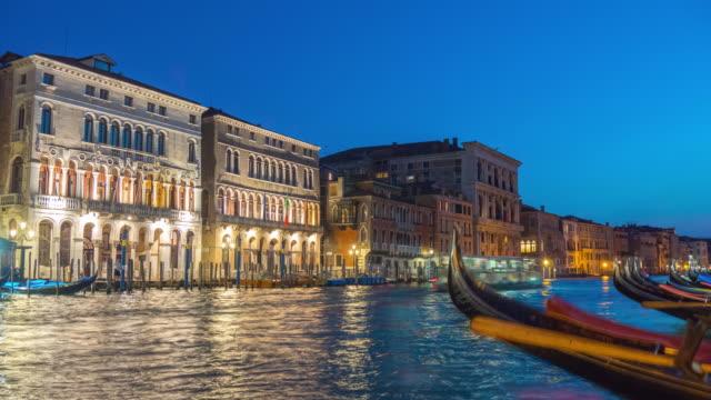 Italia-la-noche-iluminación-Venecia-ciudad-famoso-gran-canal-gandola-estacionamiento-panorama-4k-lapso-de-tiempo