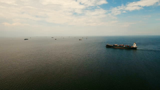 Buques-de-carga-aéreas-anclan-en-el-mar-Filipinas-Manila