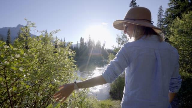 Frau-zu-Fuß-durch-den-Fluss-bei-Sonnenuntergang