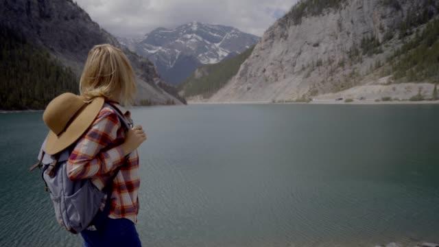 Oung-Frau-Wanderer-suchen-am-Bergsee