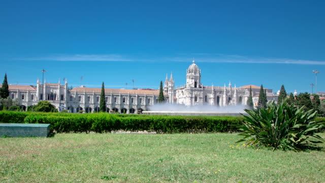 El-Jeronimos-monasterio-o-Hieronymites-monasterio-con-césped-y-la-fuente-s\-encuentra-en-Lisboa-Portugal-timelapse-hyperlapse