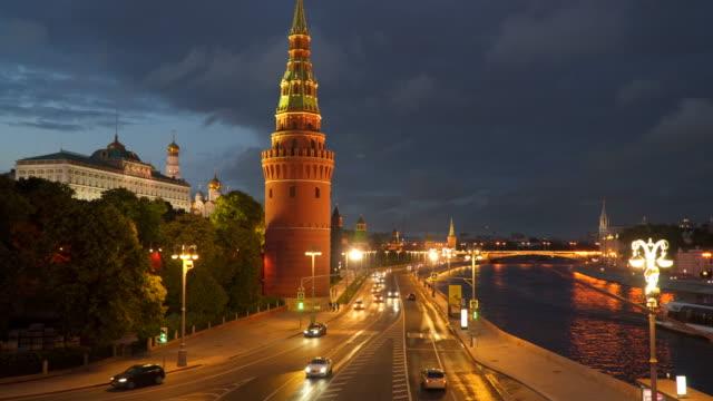 Die-Bewegung-des-Autos-in-der-Nähe-des-Kreml-in-Moskau-bei-Nacht