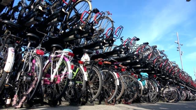 Aparcamiento-de-bicicletas-en-la-ciudad-de-Amsterdam,-una-ciudad-de-ambiente-ciclista,-4K